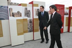 Cecilio Vadillo visita la exposición junto al director del Archivo, Eduardo Pedruelo