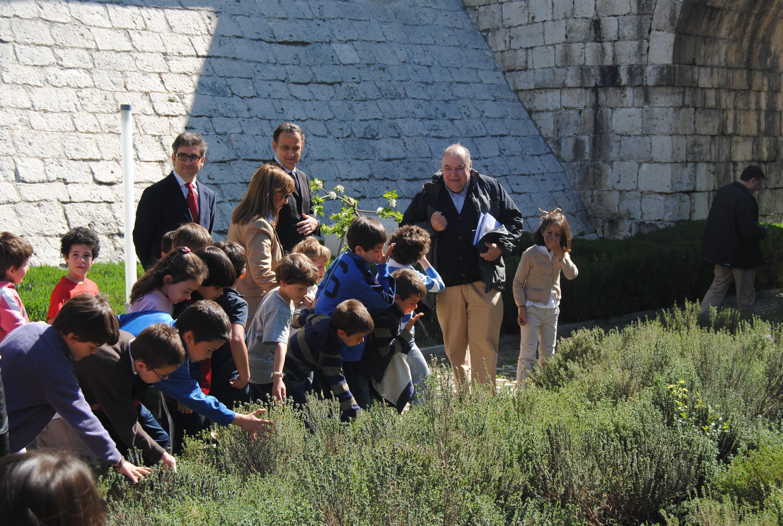 ... del Archivo General de Simancas » Niños oliendo plantas aromáticas