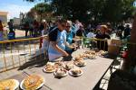 Peñistas recogiendo comida J.M