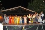 Final con doncellas en escenario