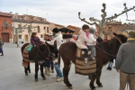 Niños paseando en burro