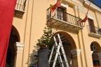 Vecina decorando árbol